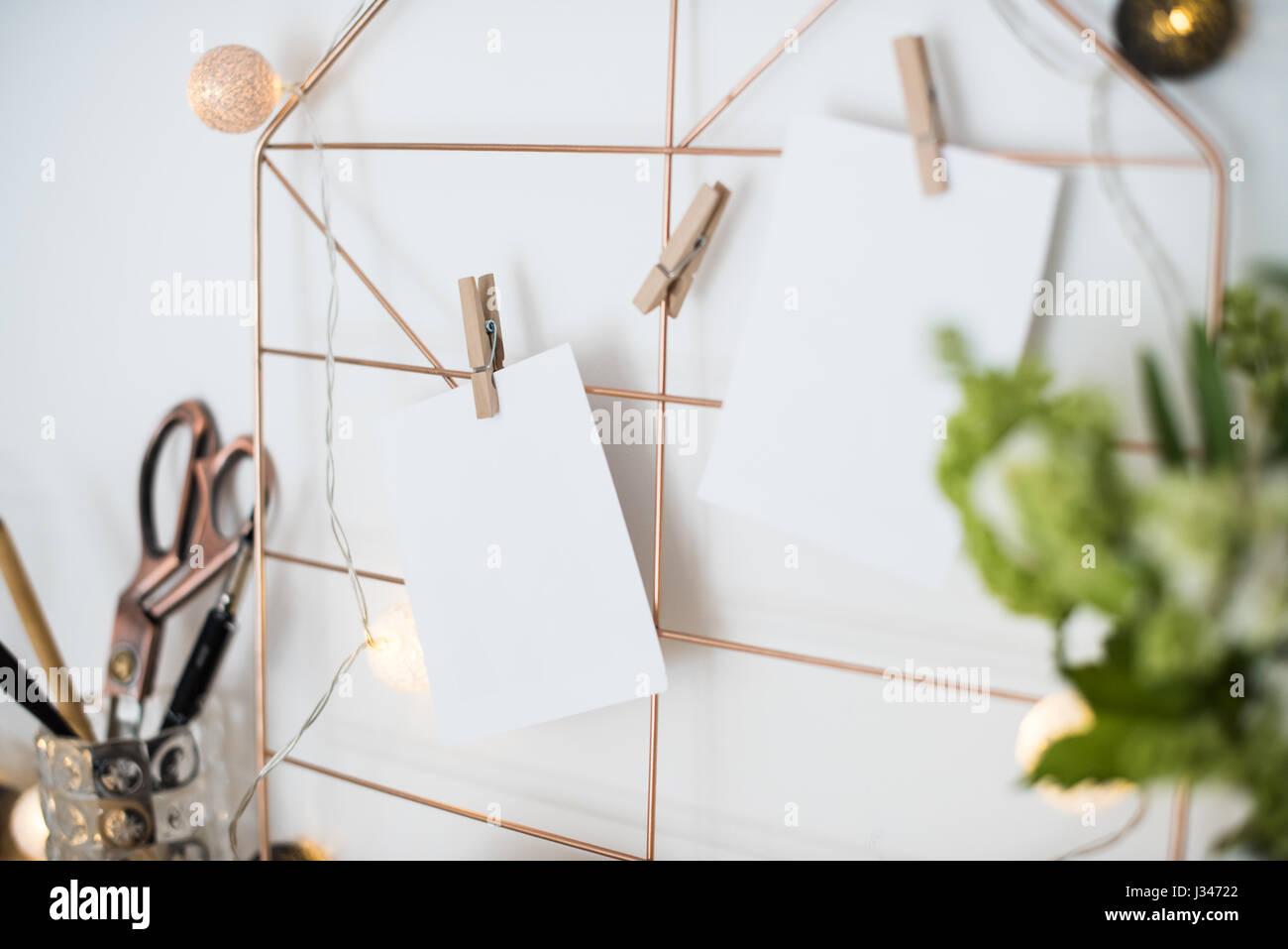 Feminine Hipster-Büro-Tisch-Dekoration mit Blumen und Moodboard auf ...