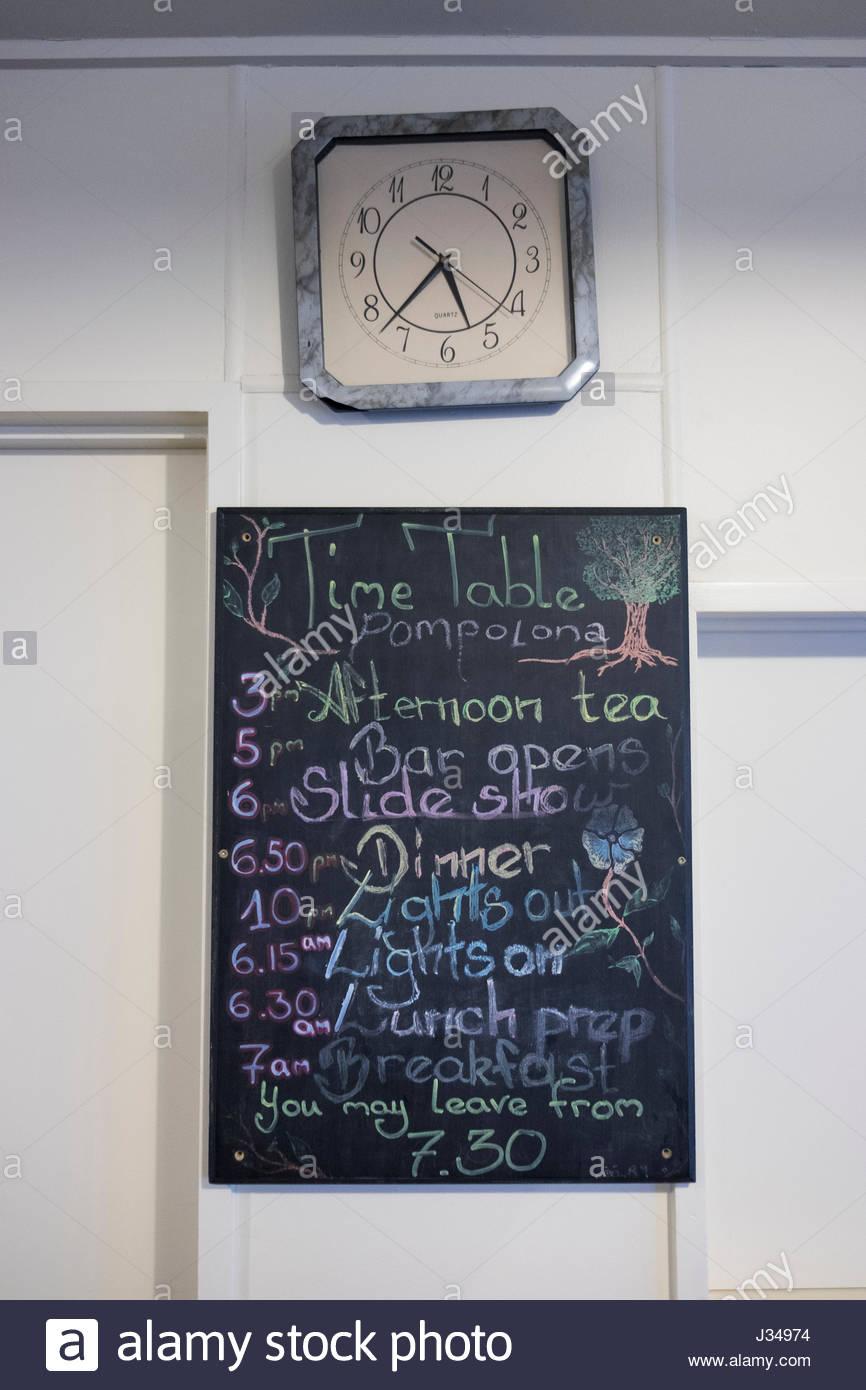Kreidetafel mit Zeitplan für Aktivitäten am Nachmittag in der Pompolona Lodge, Milford Track, Fjordland National Stockfoto