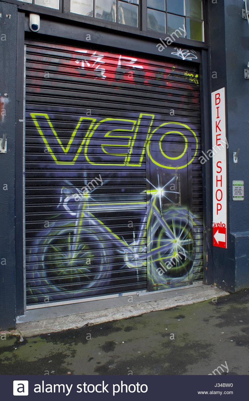 Metall-Rolltor mit Artwork für das Velo Bike Shop, Auckland, Northland, Nordinsel, Neuseeland Stockfoto