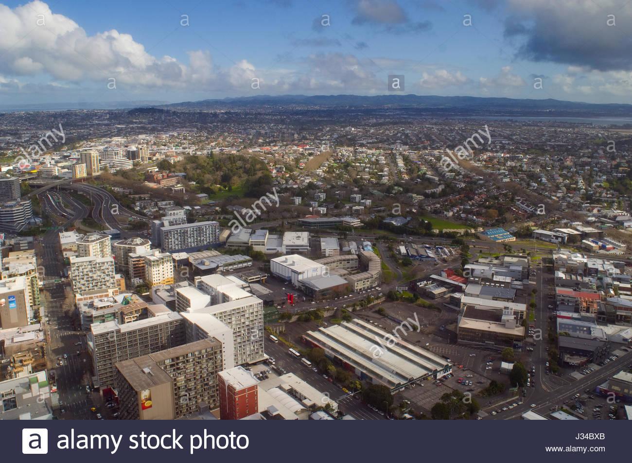 Blick auf die Stadt Auckland und den umliegenden Vororten von der Aussichtsplattform des Sky Tower, August 2007. Stockfoto