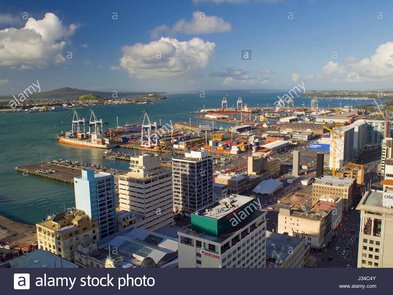 Waitemata Harbour mit Schiffe angedockt an der Container Hafen Auckland, Northland, North Island, Neuseeland, August Stockfoto