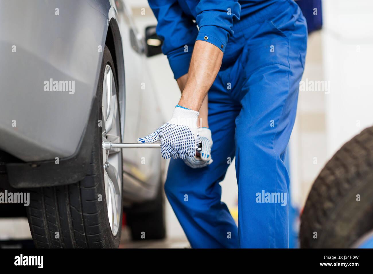 Mechaniker mit Schraubendreher Auto Radwechsel Stockbild