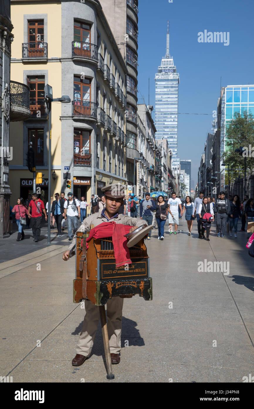 Mexiko-Stadt, Mexiko - 22. April 2017: Drehorgelspieler hält seinen Hut für Spenden auf Avenue Francisco Stockbild