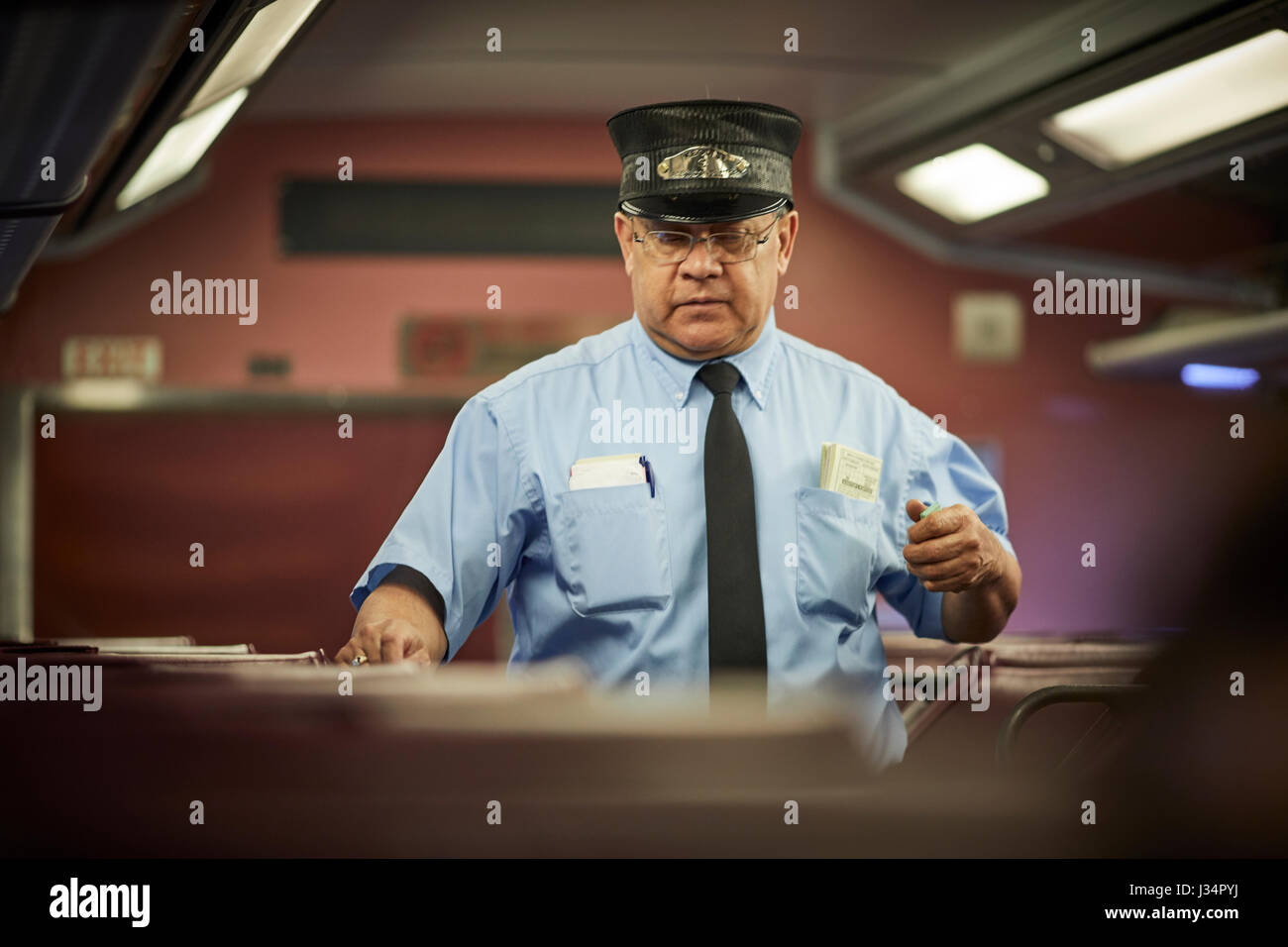 Massachusetts Bay Transportation Authority Guard Inspektion Karten in einem Zug nach Boston, Massachusetts, Vereinigte Stockbild