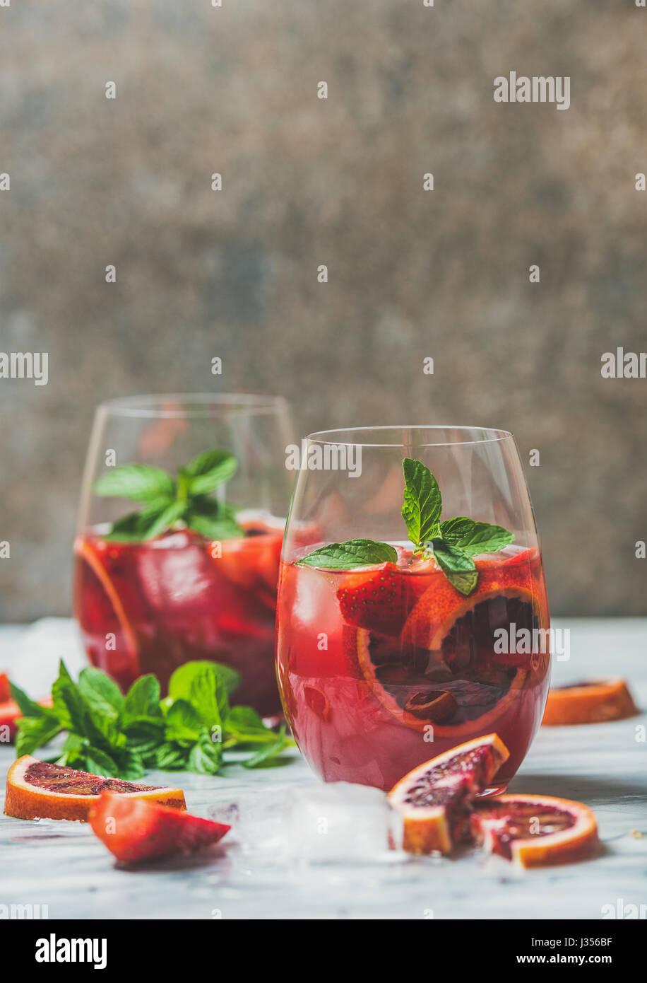 Blutorange und Erdbeere Sommer-Sangria mit Minze und Eis Stockbild