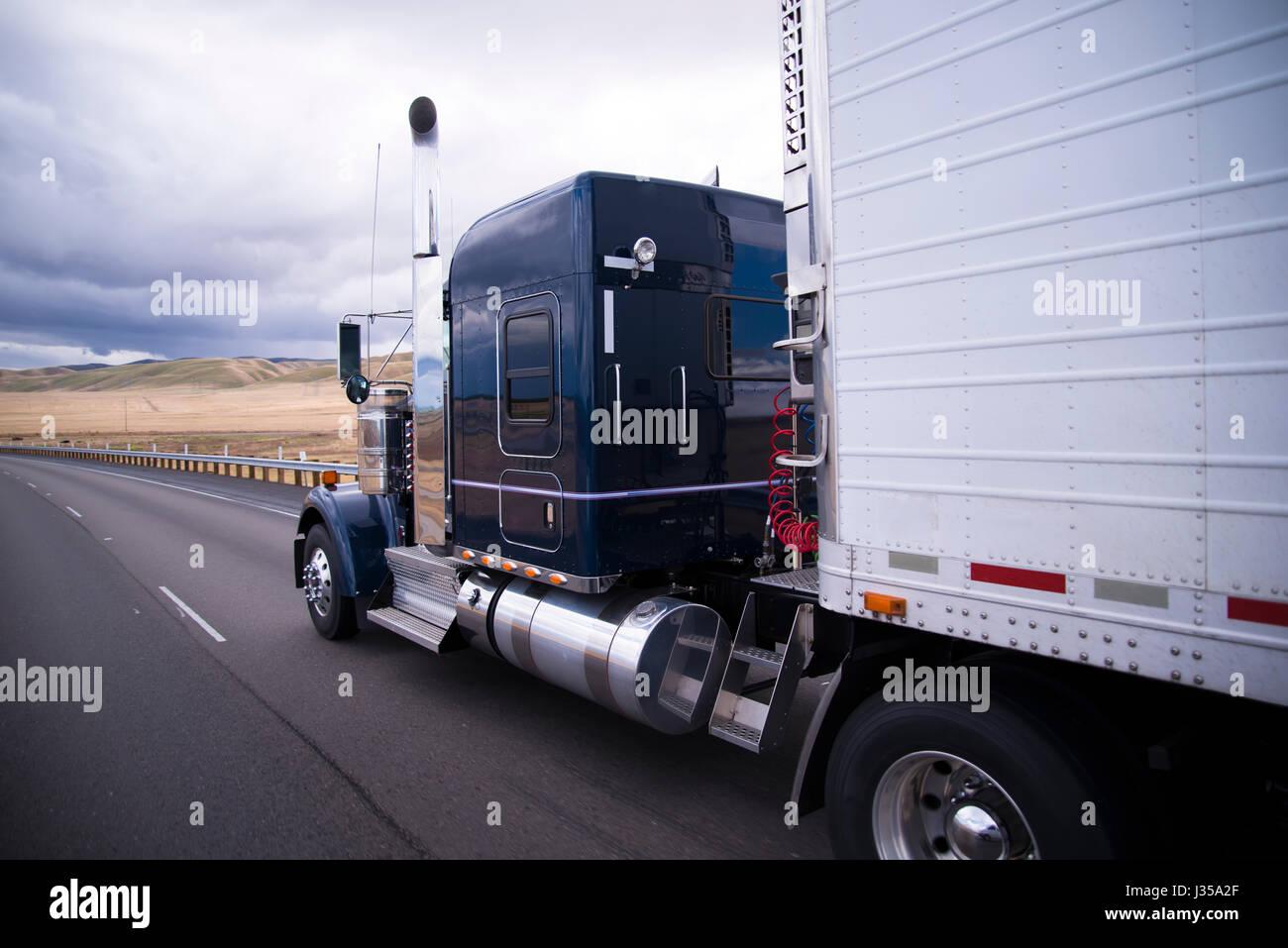 Amerikanischer Kühlschrank Flach : Klassische haubenfahrzeug amerikanische sattelschlepper mit chrom