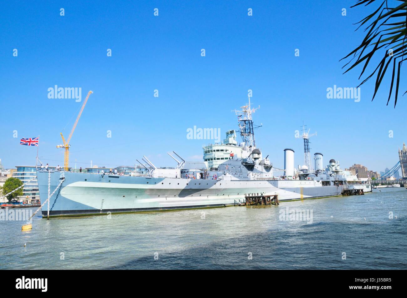 HMS Belfast vor Anker auf der Themse, London, England, UK Stockbild