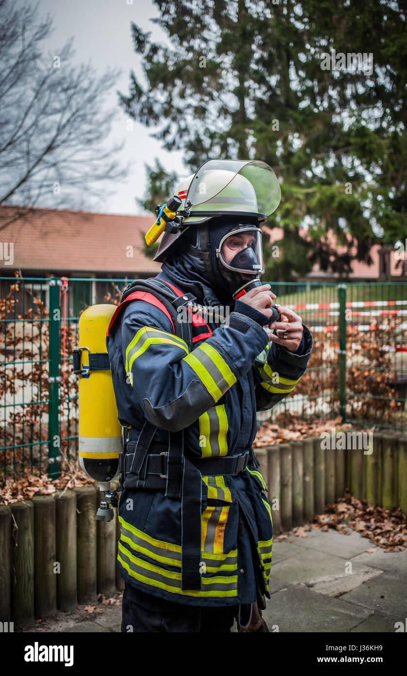Feuerwehrmann im Freien in Aktion mit Sauerstoffflasche und Atemschutz Maske - HDR Stockbild