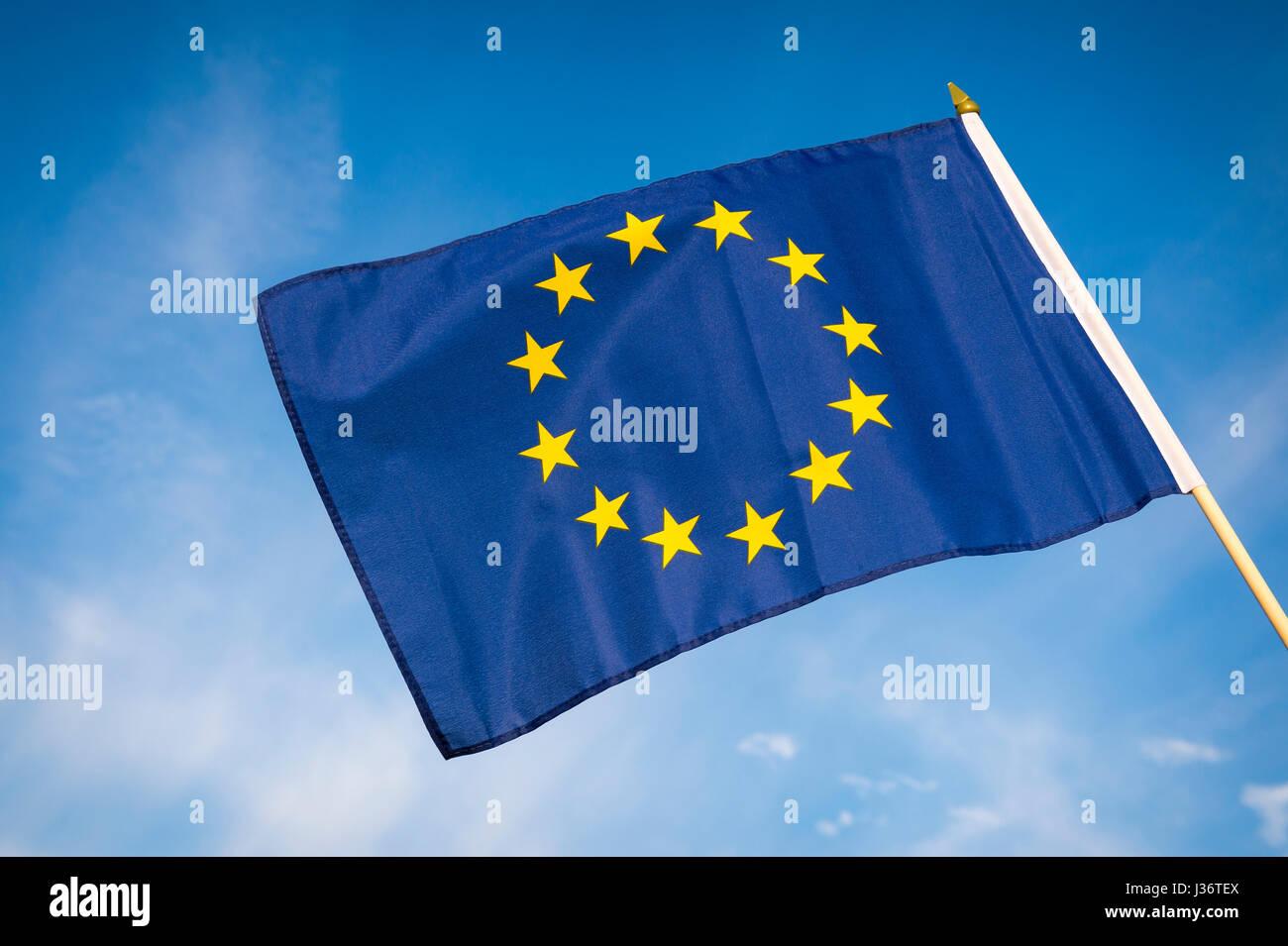 EU Europäische Union Flagge im Freien bei strahlend blauem Himmel Stockbild