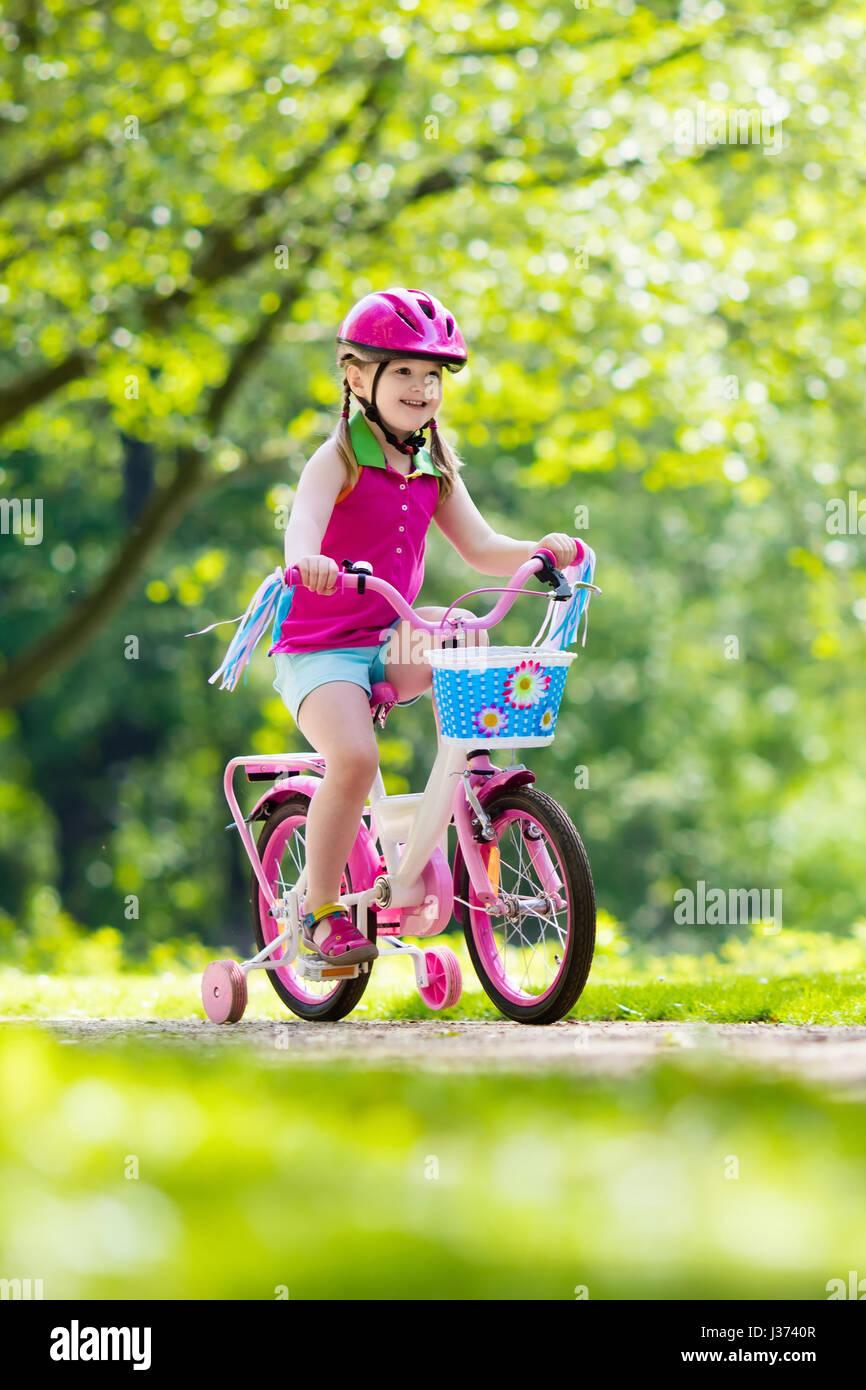 kinder reiten fahrrad kind auf dem fahrrad im sonnigen park kleine m dchen genie en radtour. Black Bedroom Furniture Sets. Home Design Ideas