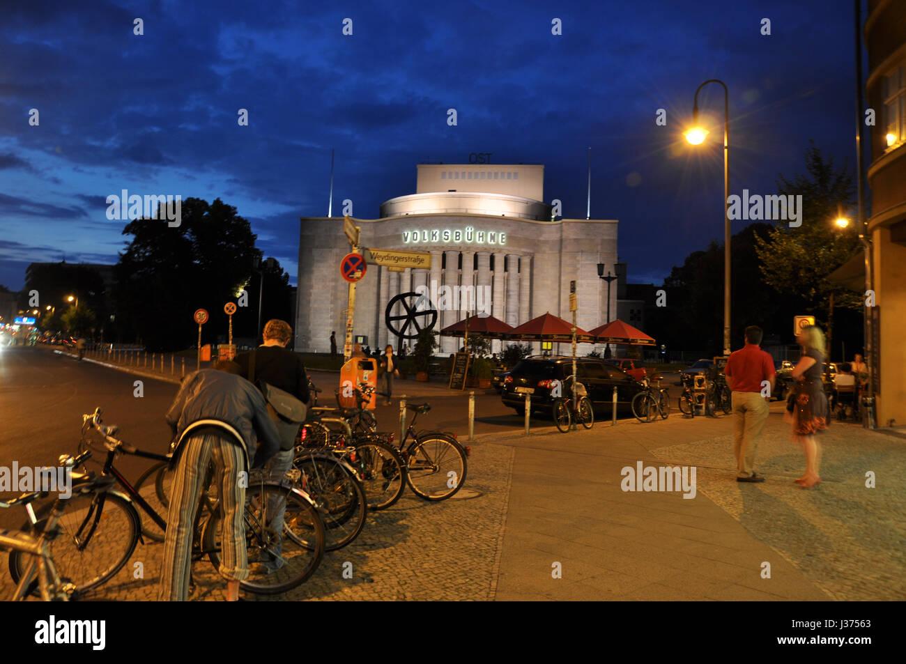 Rosa-Luxemburg-Platz Mit Blick Auf die Berliner Volksbühne in der Blauen Stunde. Stockbild