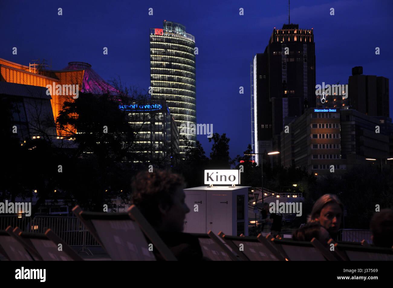 Schöne Skyline des Potsdamer Platzes in Berlin, gesehen vom Openair-Kino am Kulturforum. Stockbild
