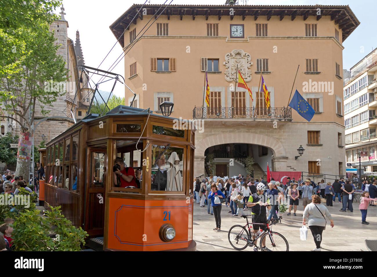 Straßenbahn vor dem Rathaus von Sóller, Mallorca, Spanien Stockbild