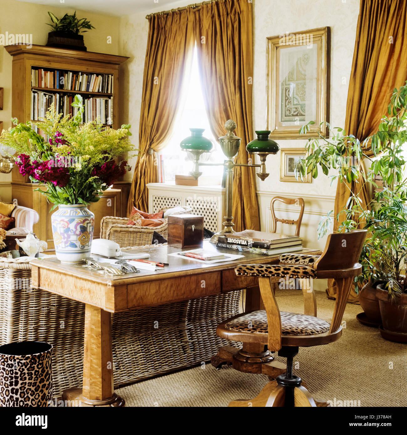 Wohnzimmer Mit Schreibtisch.