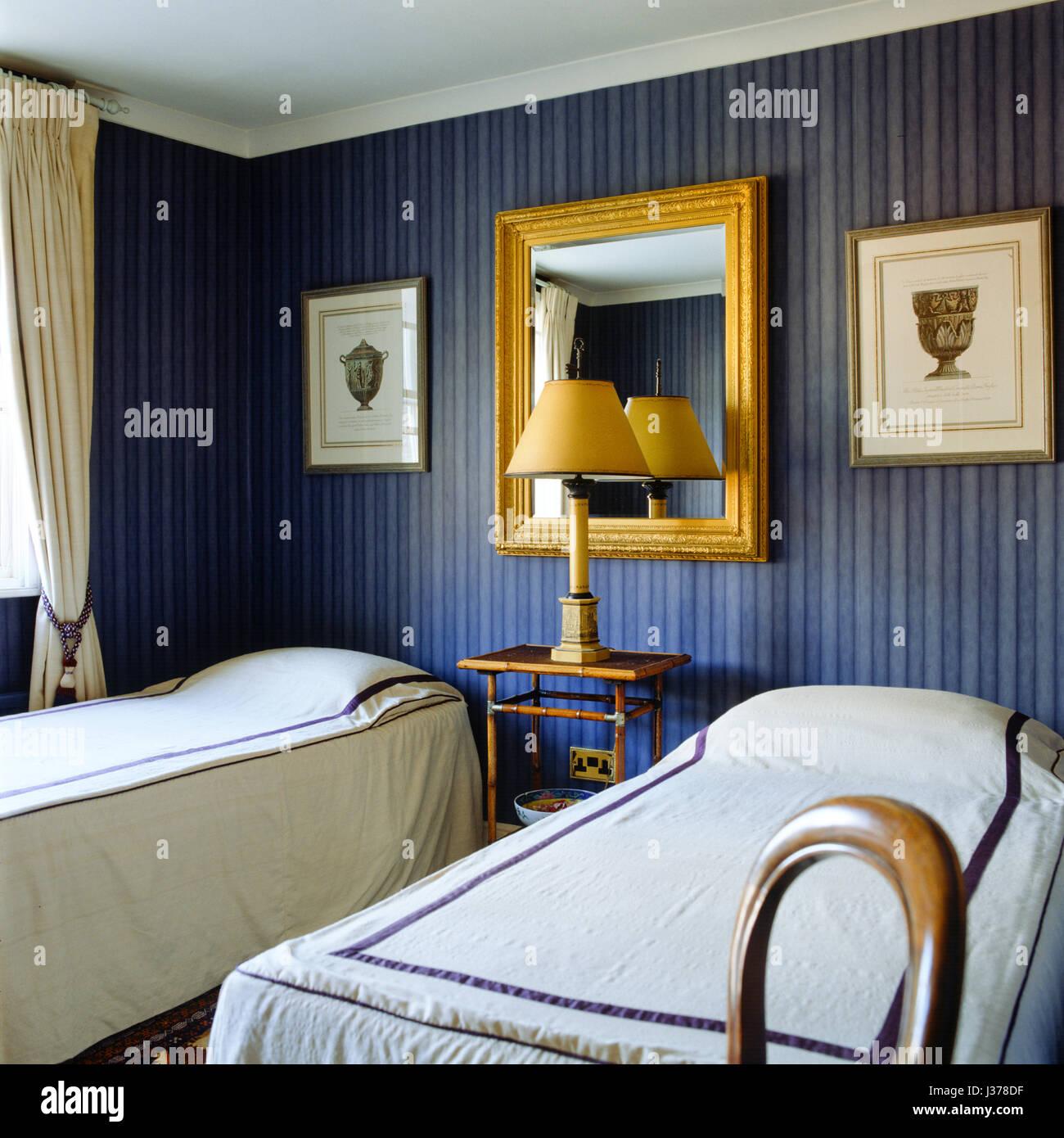 Schlafzimmer mit blau gestreifte Tapete Stockfoto, Bild: 139687227 ...