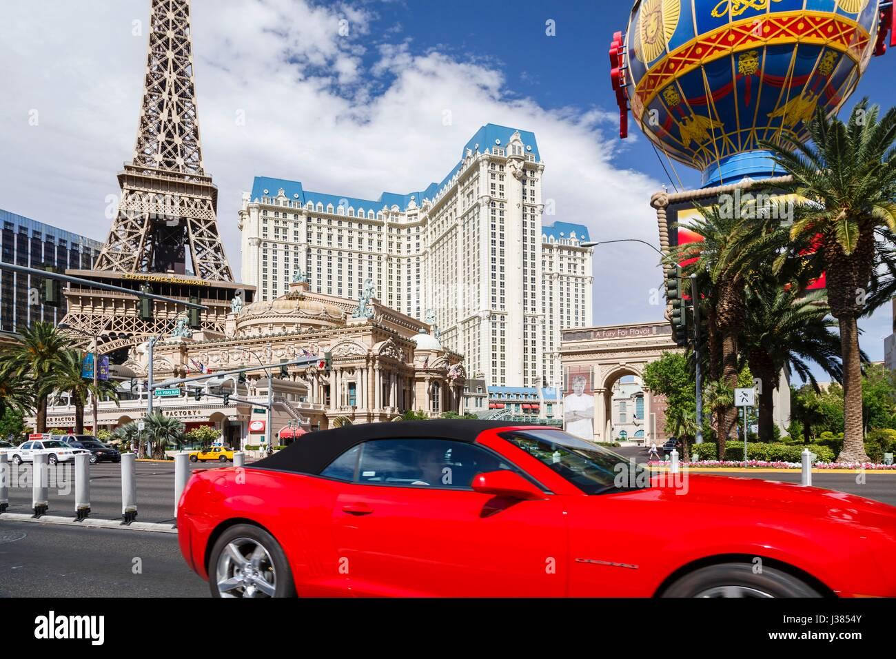 Ein roten Cabrio Mietwagen fährt von Paris Las Vegas Hotel am Las Vegas Boulevard Stockbild