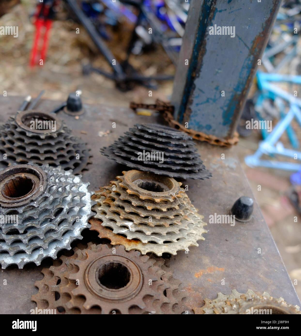 Altes Fahrrad Ritzel auf einer Werkbank an ein Fahrrad Workshop ...