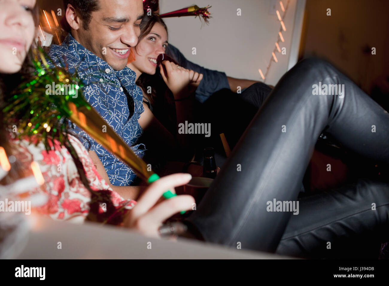 Freunde auf einer Party rumhängen Stockbild