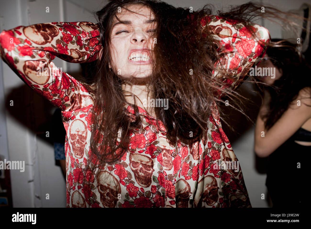 Junge Frau auf einer Party tanzen Stockbild