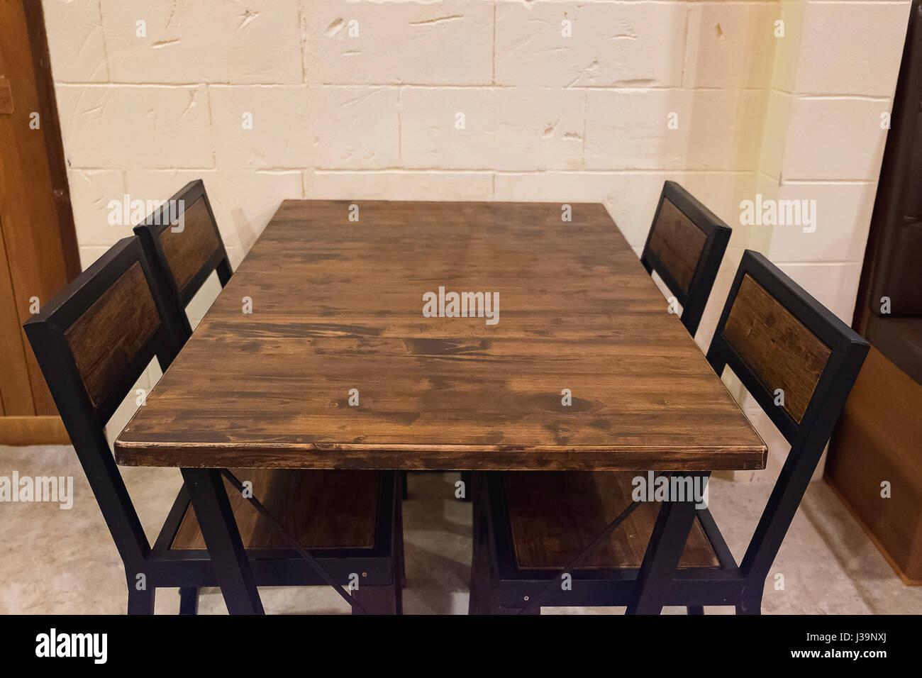 Eiche Esstisch Mit Stuhlen Im Dunklen Raum Aus Holz Und Schwarzem Metall Tisch Und Stuhl Im Restaurant Stockfotografie Alamy