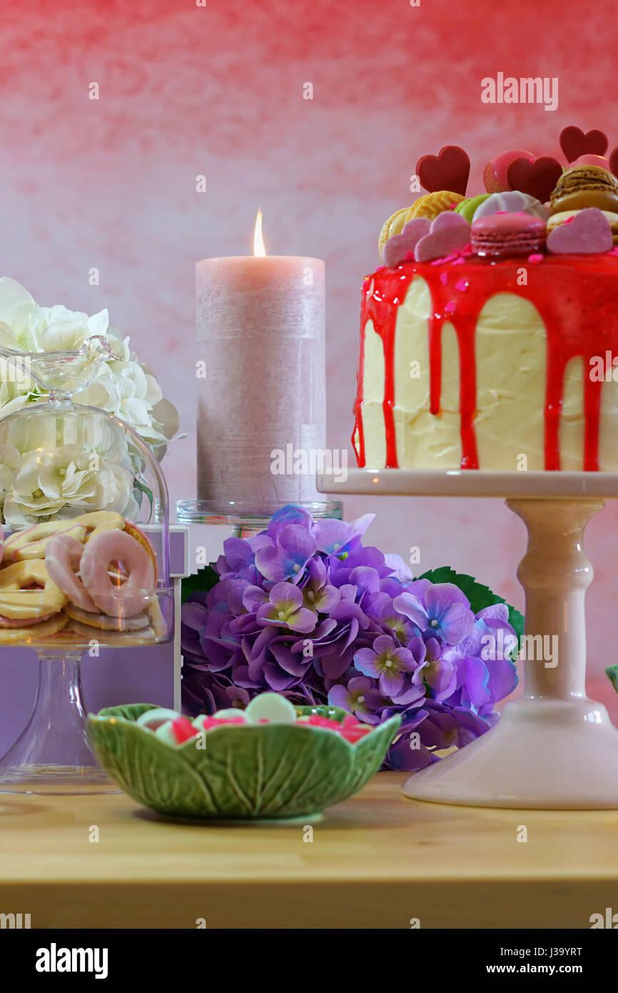 Mütter Tag Party Tisch in femininen Farben mit lila Geschenke ...