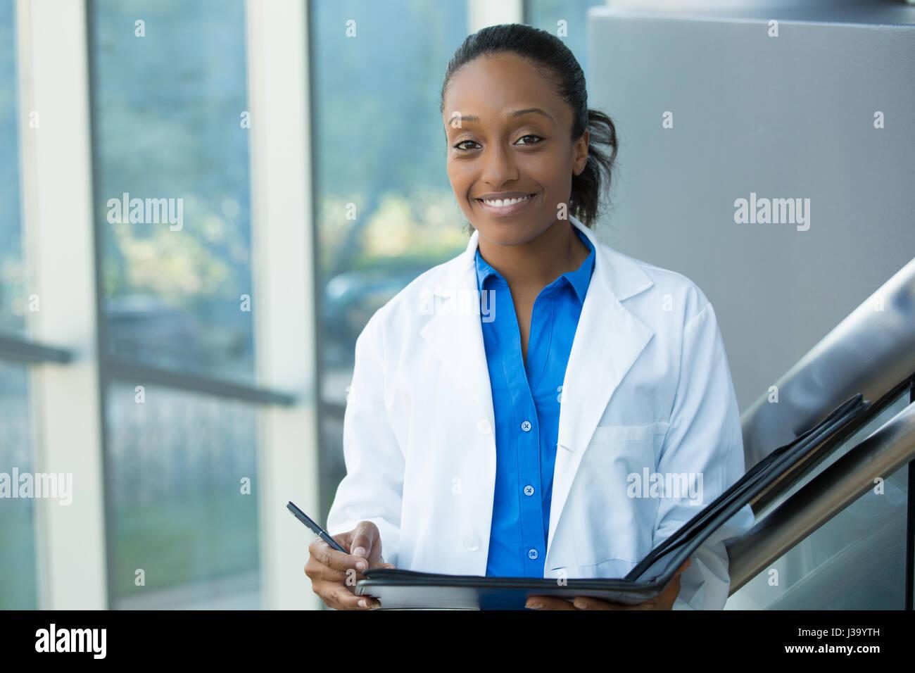 Closeup Kopfschuss Porträt freundlich, lächelnd zuversichtlich, Ärztin, Arzt mit Laborkittel, Pferch Stockbild