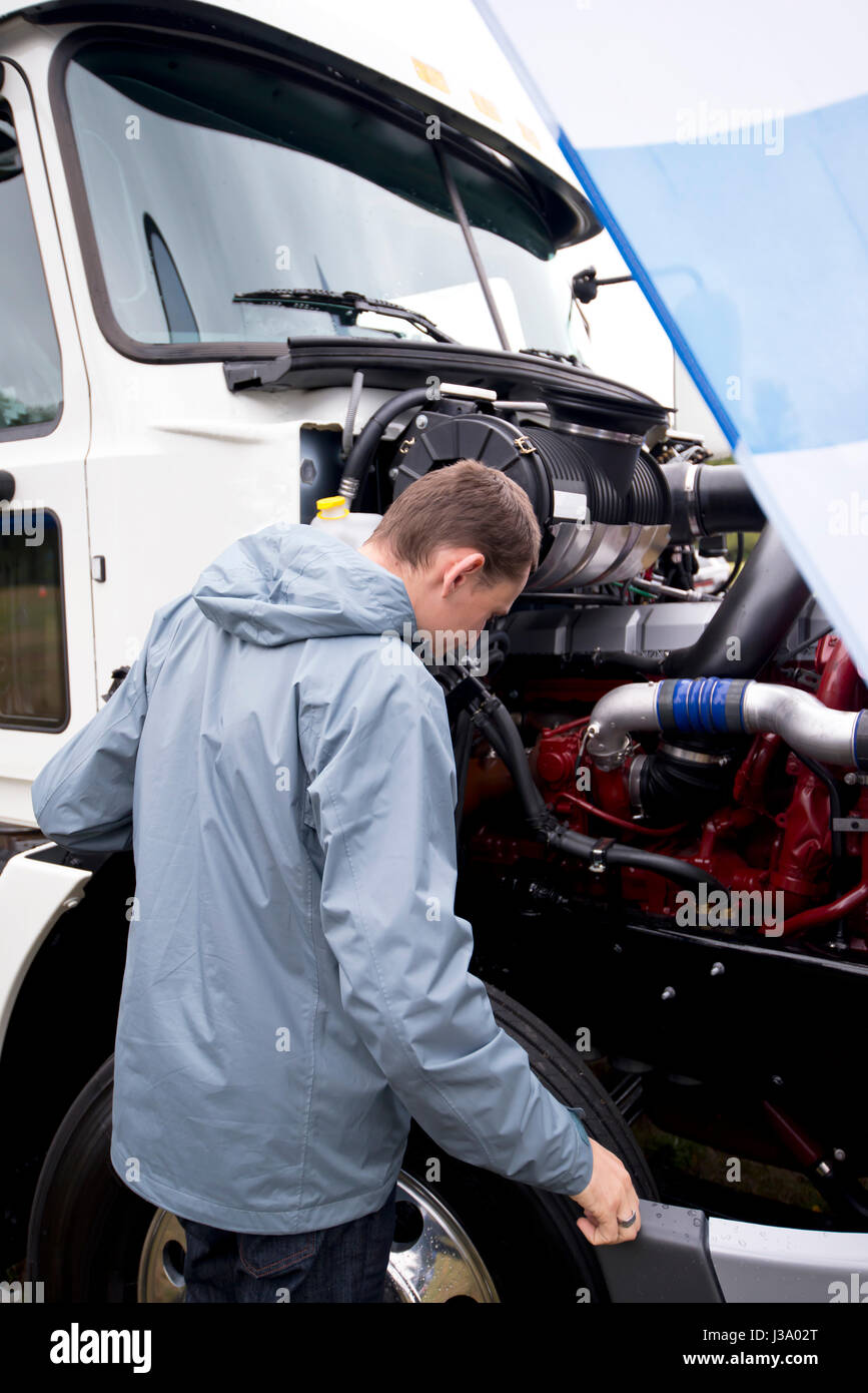 Truck Hood Open Stockfotos & Truck Hood Open Bilder - Alamy