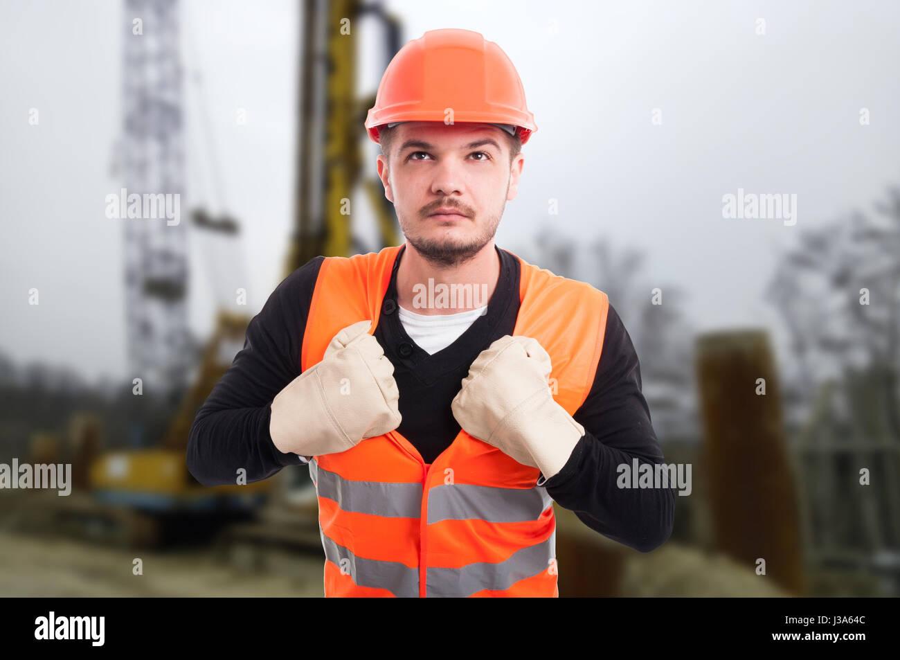 Gut aussehend Architekt in Schutz Uniform benimmt sich wie Superhelden im freien Stockbild