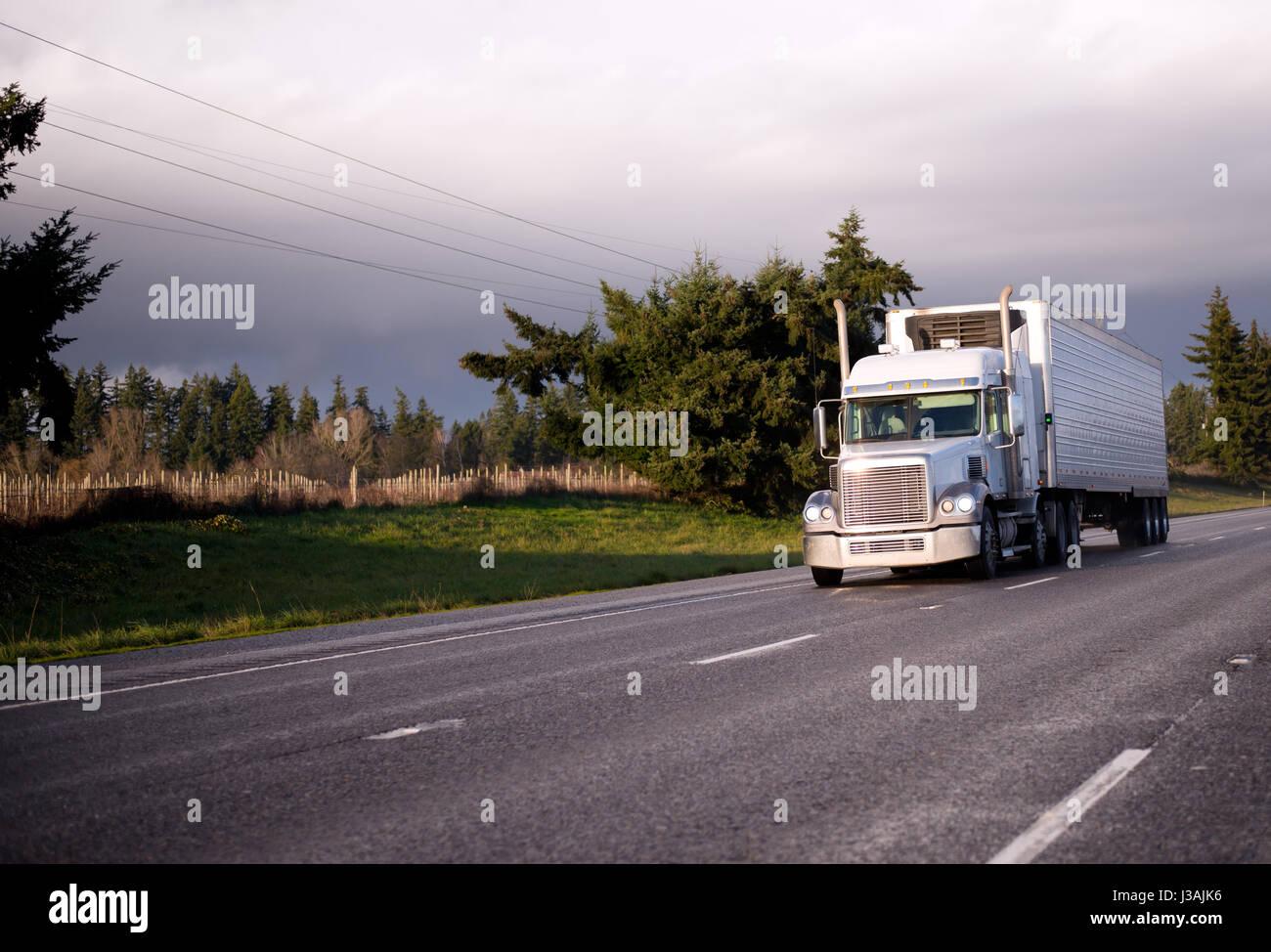 Amerikanischer Kühlschrank Transportieren : Big rig classic semi truck mit reefer einheit auf kühlschrank