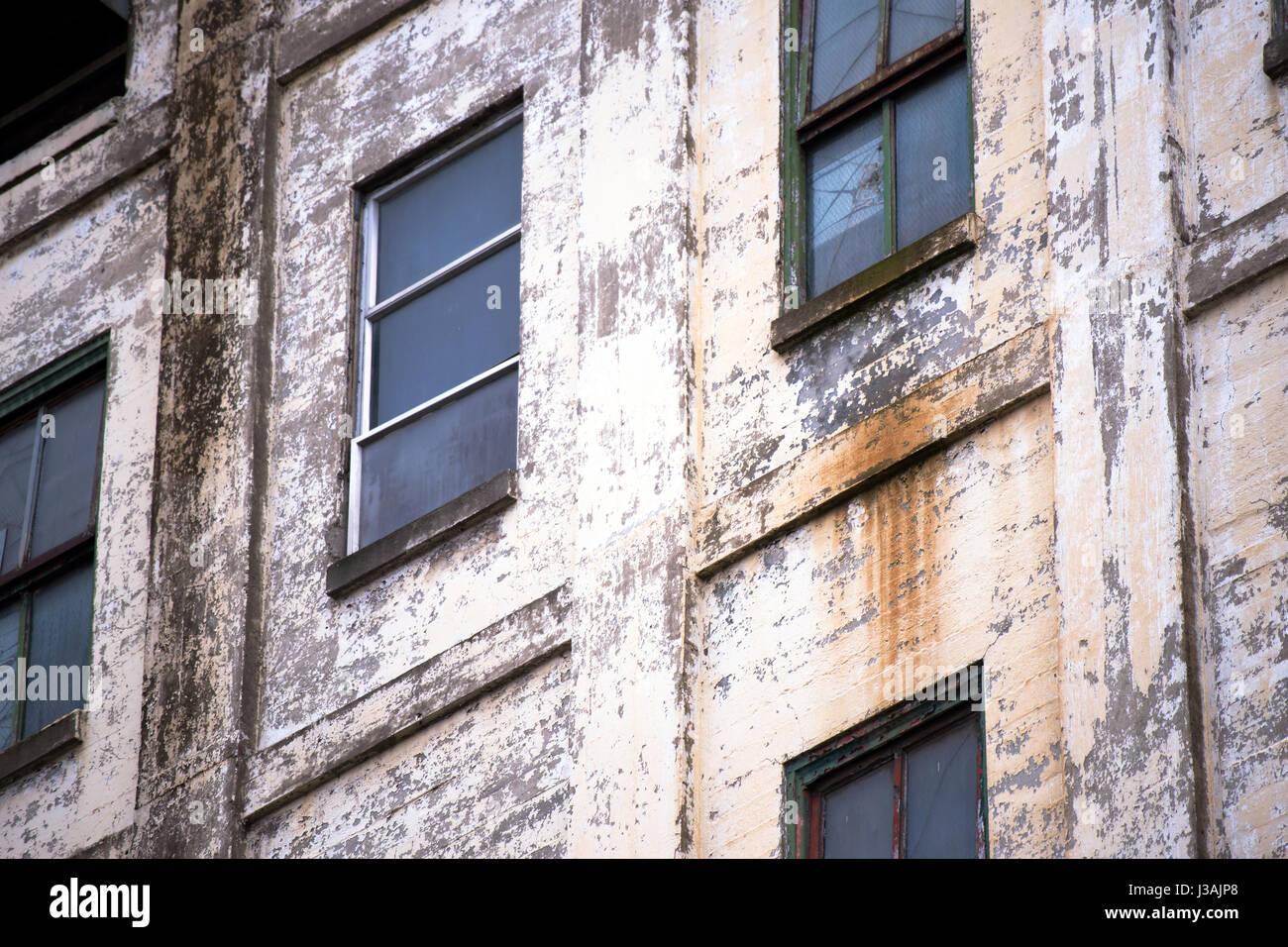 Attractive Die Äußere Mauer Des Alten Funktionsunfähig Heruntergekommenen Verlassenen  Mehrstöckige Industriebau Stockbild