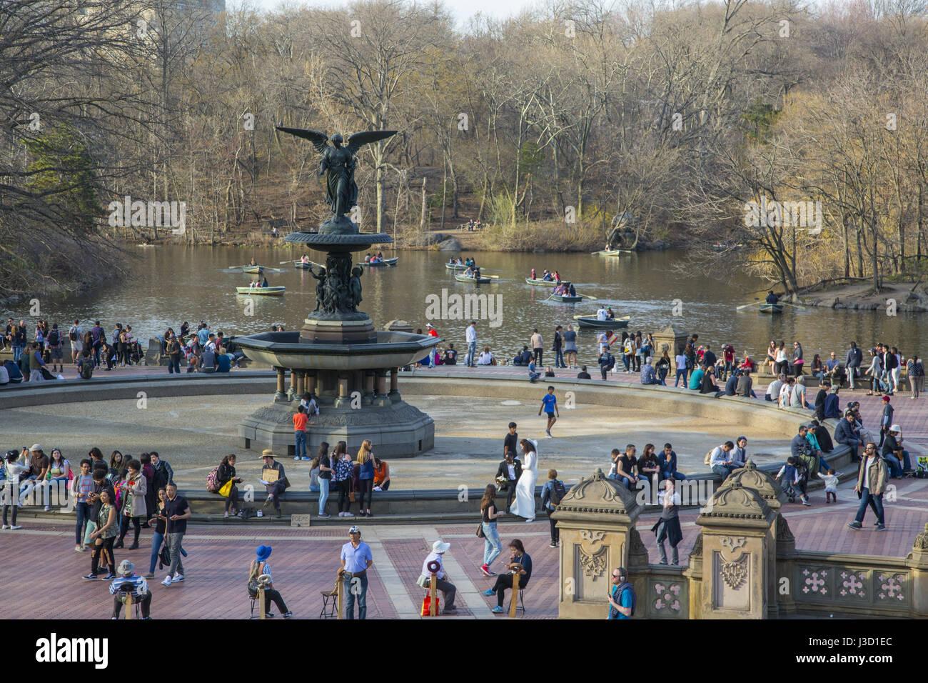Bethesda Terrasse und Brunnen mit Blick auf den See im Central Park in New York City. Stockfoto