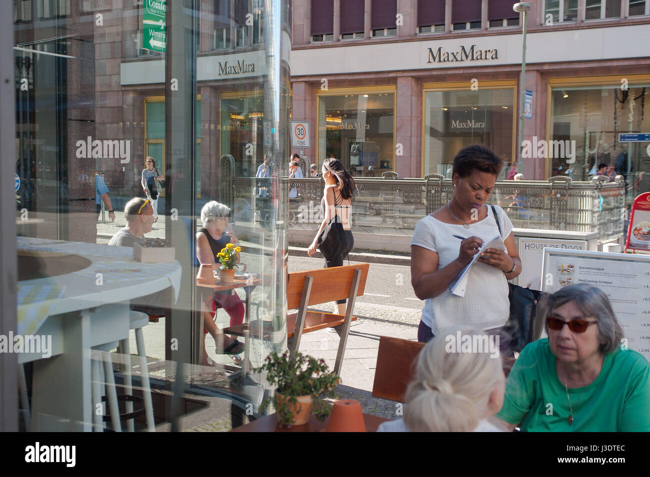Deutschland. Berlin. 2016. Straßencafé Stockbild