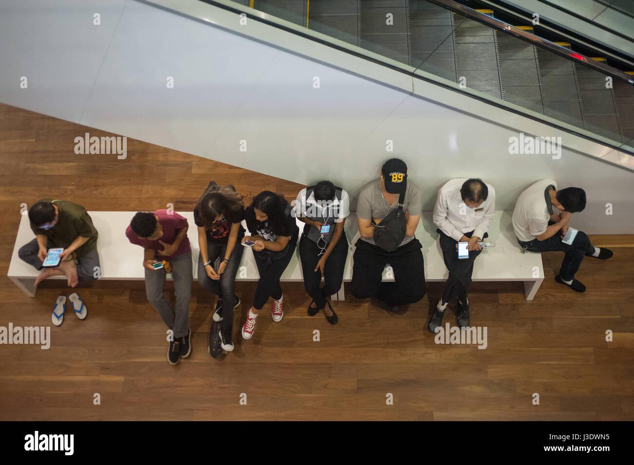 Singapur, Republik Singapur, 2016, Menschen bei der ION Orchard Shopping-Mall Stockbild