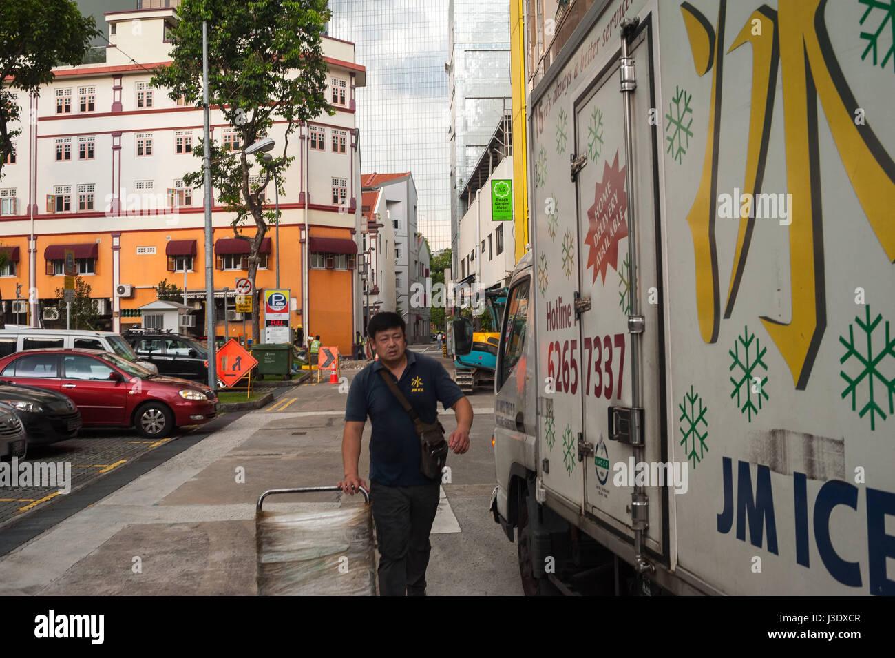 Singapur, Republik Singapur, Asien, ein Mann zu seinem LKW geht Stockbild