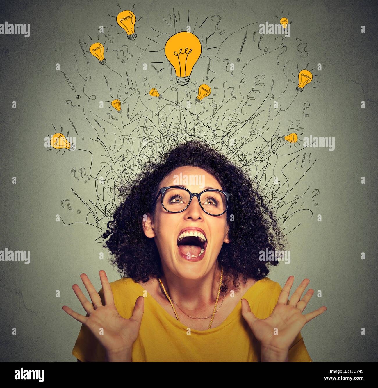Closeup super froh, dass schreiende Frau mit vielen leichten Idee Glühbirnen über Kopf feiert Erfolg suchen Stockbild