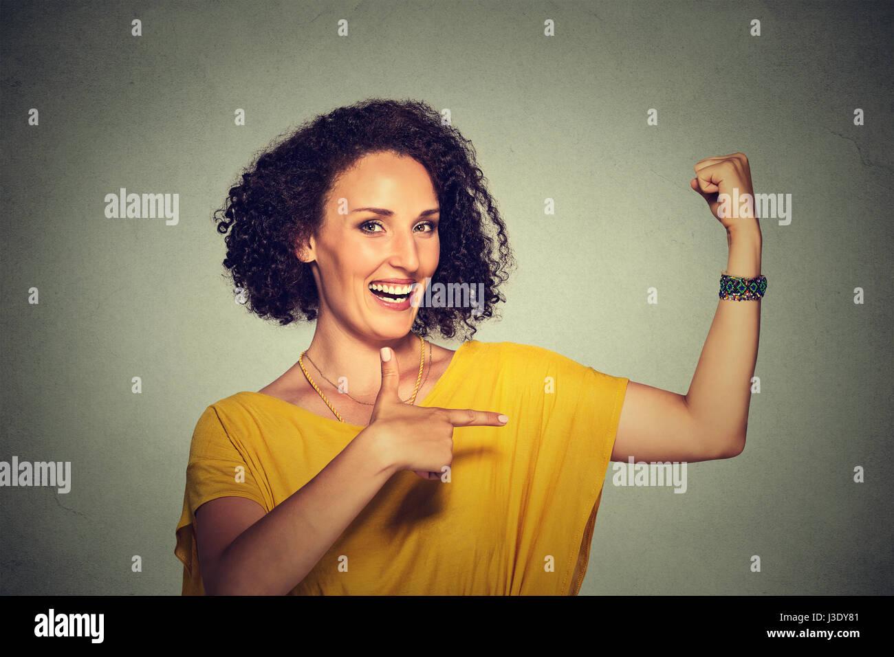 Closeup Portrait passen mittlere gealterte gesunde Modell Frau Muskeln zuversichtlich zeigt ihre Stärke auf Stockbild