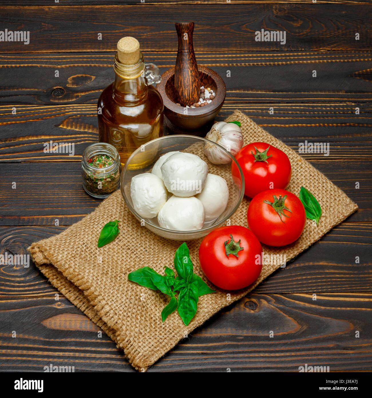 Caprese Salat Zutaten - Mozzarella und Tomaten Stockfoto