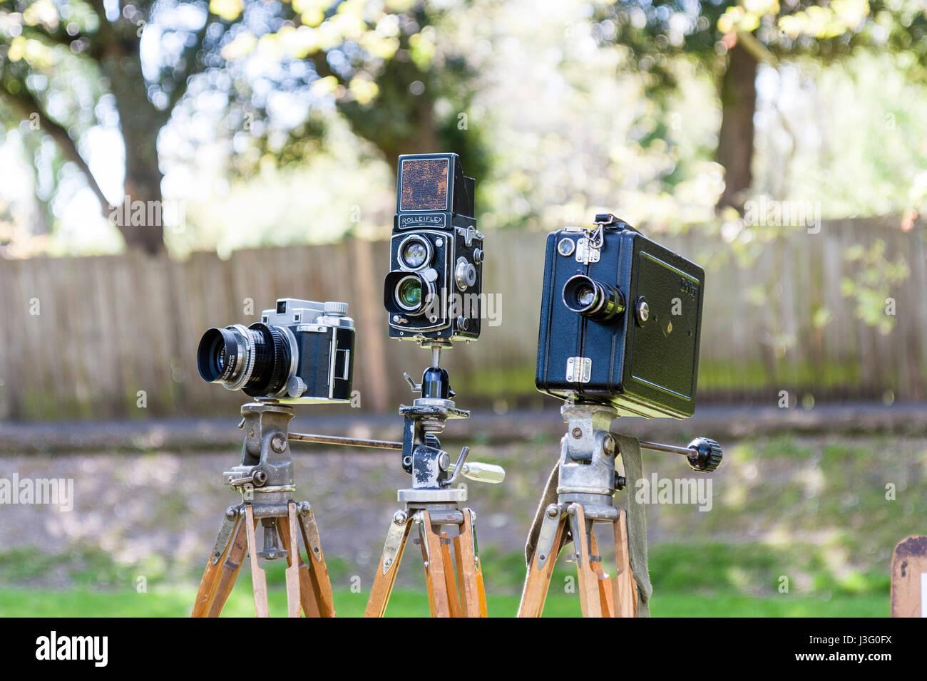 Gruß an die 40er Re-enactment Veranstaltung. Verschiedene vintage Weltkrieg zwei Kameras auf Stativen in einer Zeile. Stockfoto