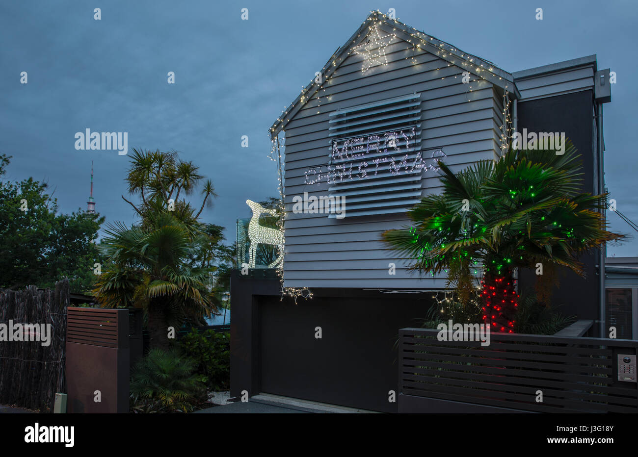 Weihnachtslichter schmücken Häuser in Franklin Road, Auckland ...