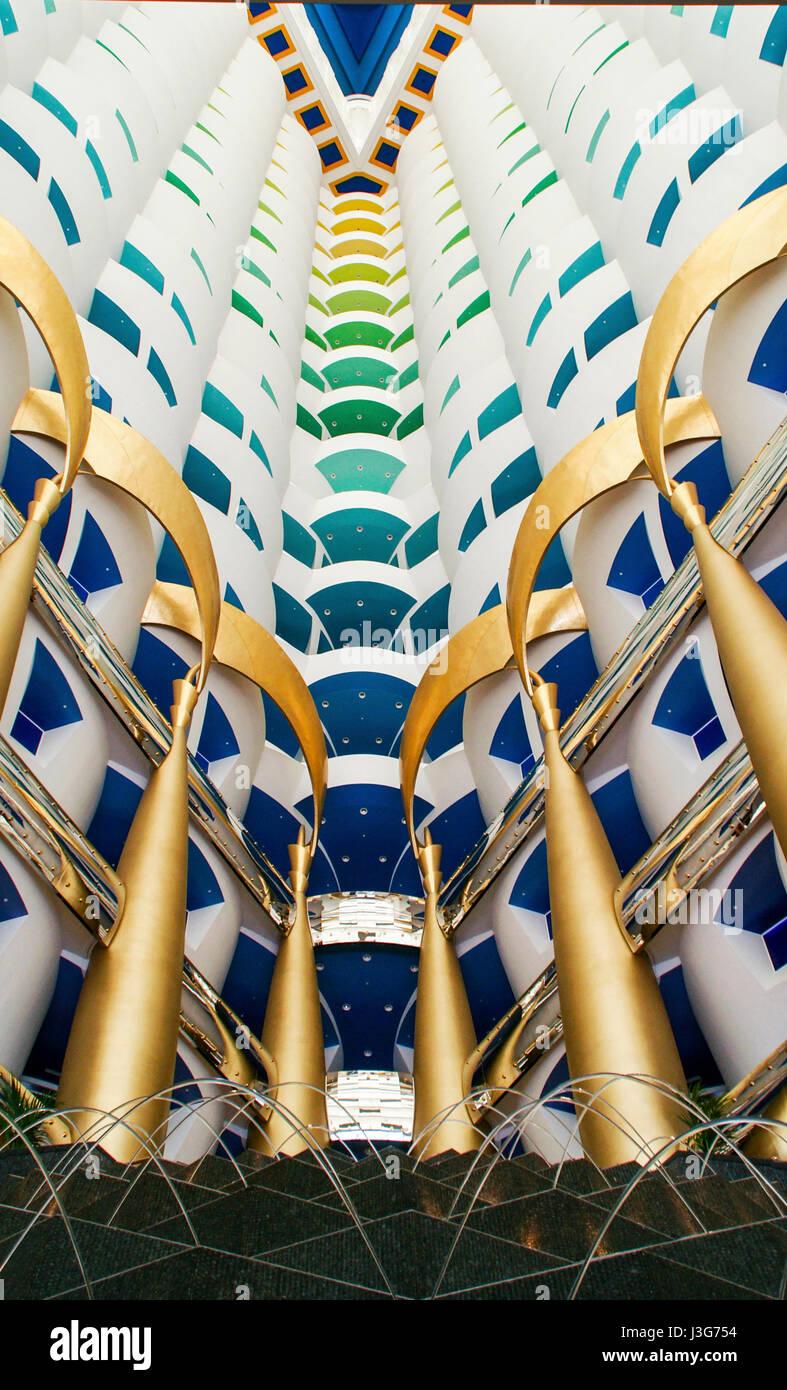 """Nachschlagen von der Innenseite des """"Segel"""" von der Lobby auf das Burj Al Arab Hotel in Dubai. Stockbild"""