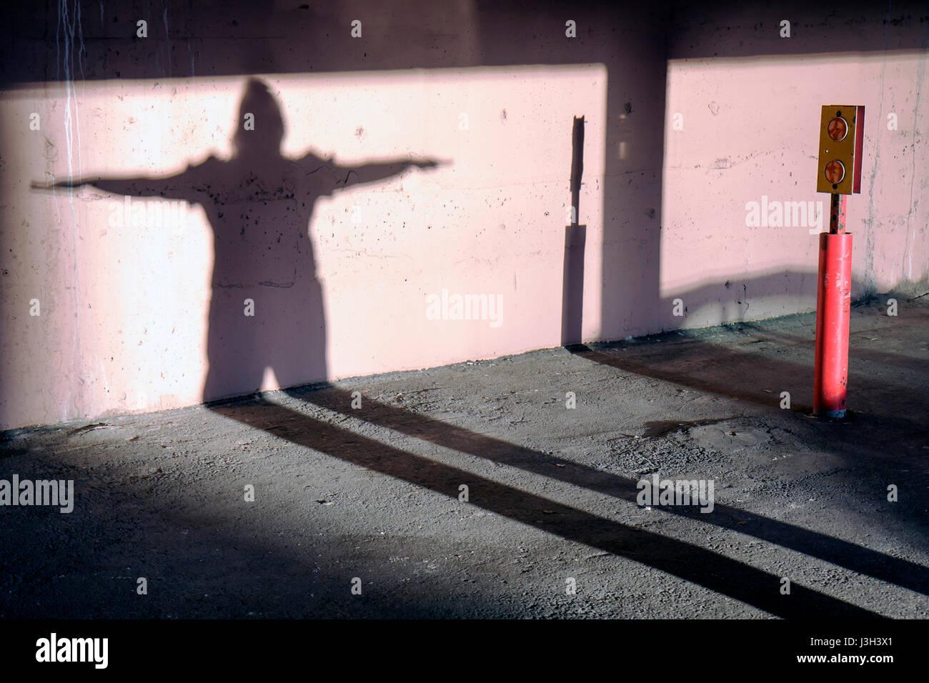Miami Beach Florida Garage Frau langer Schatten dehnen Wand menschliche Figur Stockbild
