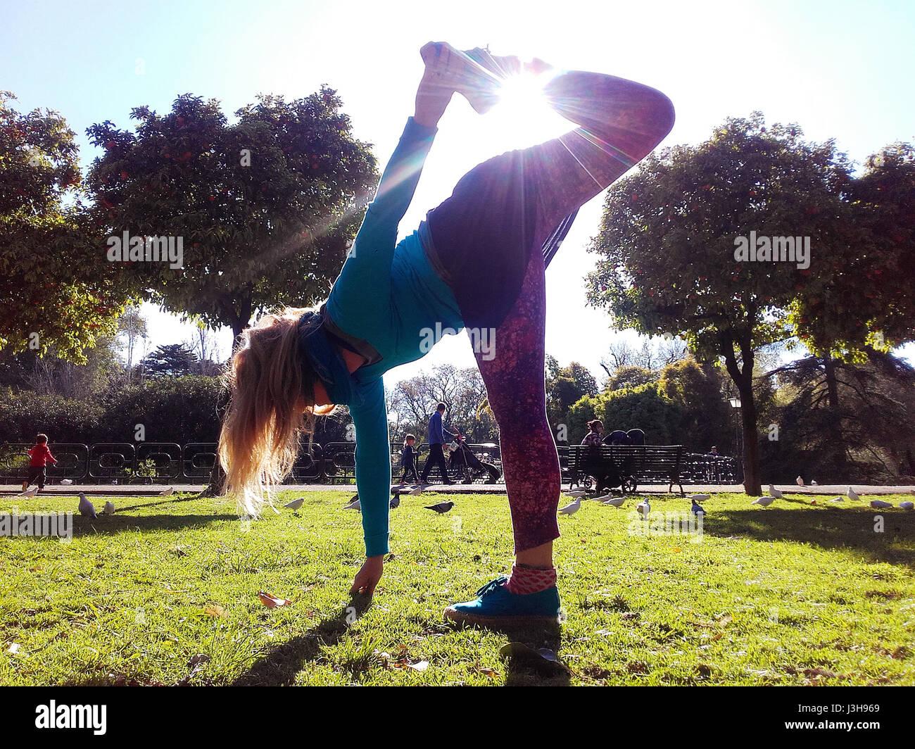 Spanien, Sevilla: Claudia ist eine professionelle Yoga-Lehrer, unterrichtet gegenwärtig Outdoor-Yoga-Kurse Stockbild