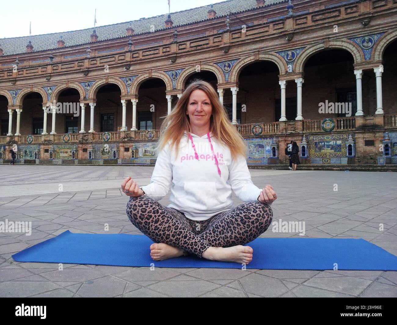 Spanien, Sevilla: Claudia ist eine professionelle Yoga-Lehrer, unterrichtet gegenwärtig Outdoor-Yoga-Kurse in Sevilla. Stockfoto