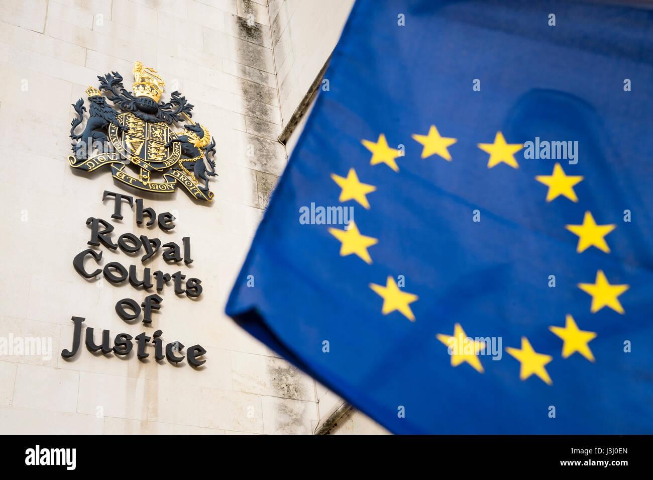 EU Europäische Union Flagge in heller Sonne vor den Royal Courts of Justice öffentliche Gebäude in Stockbild