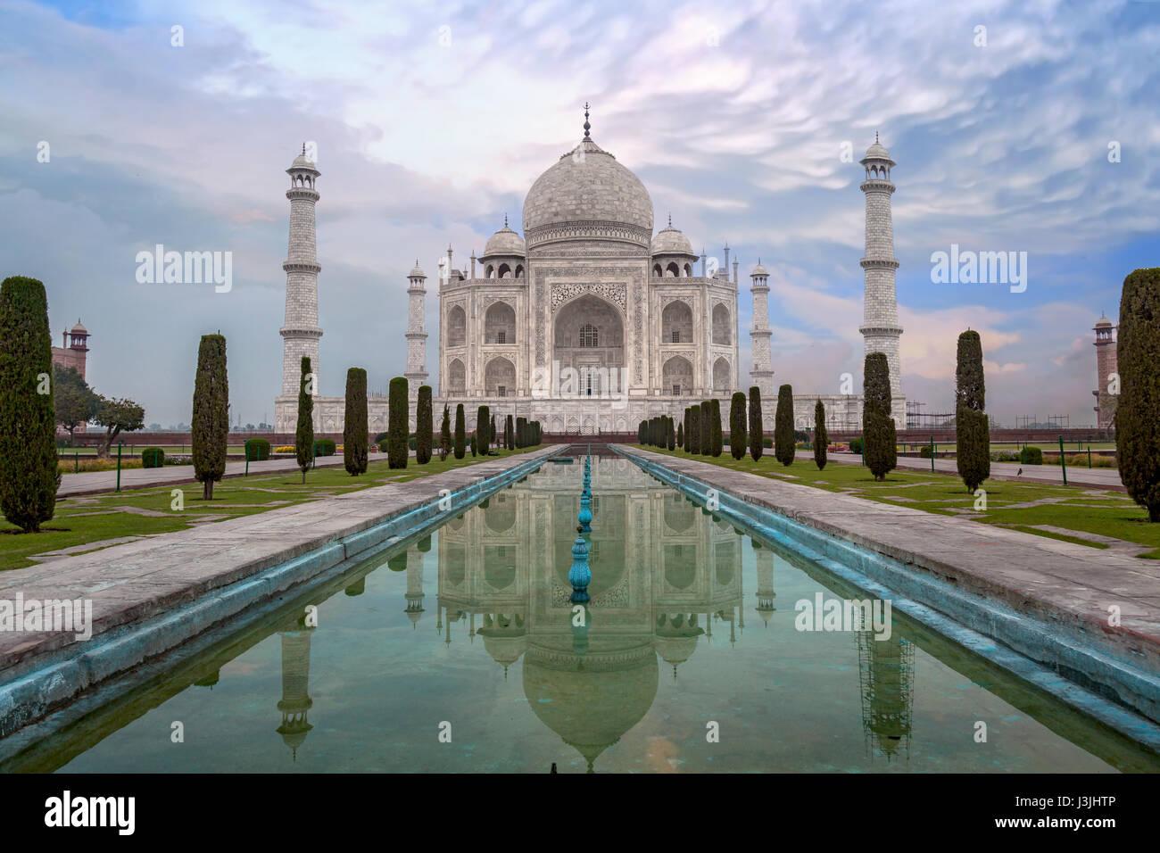 Taj Mahal bei Sonnenaufgang. Taj Mahal ist ein weißer Marmor-Mausoleum in Agra, die als UNESCO-Weltkulturerbe Stockbild