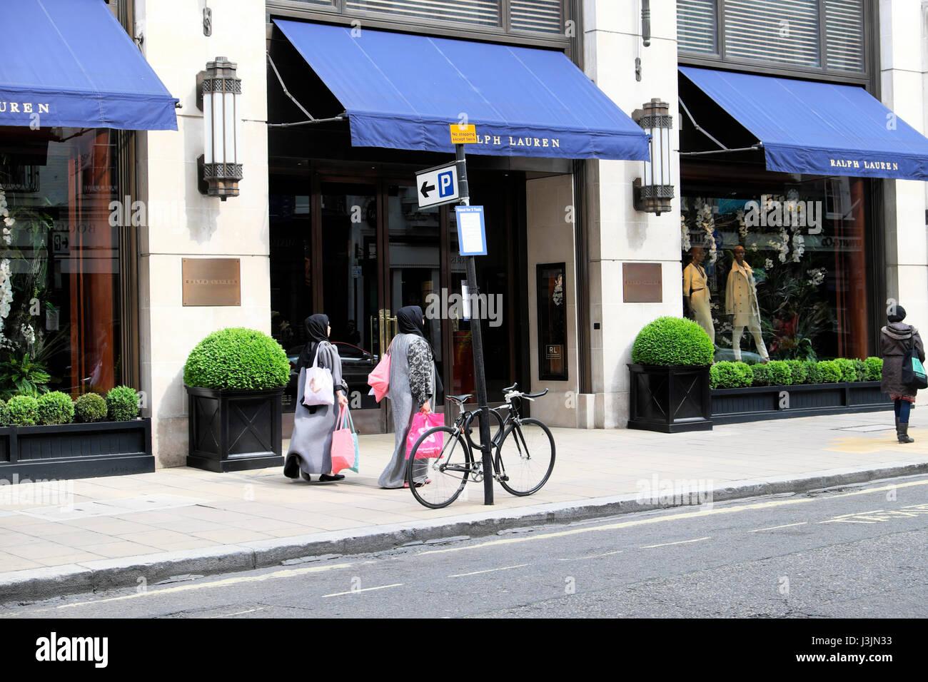 Muslimische Frauen Shopper in Hijabs mit Einkaufstüten zu Fuß vorbei an  amerikanischen Ralph Lauren Store Stockbild fbd3b7b061
