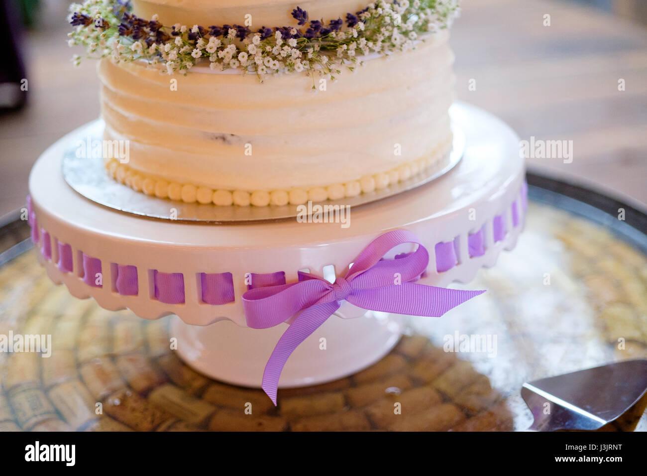 Weisse Hochzeitstorte Mit Band Stockfoto Bild 139940692 Alamy