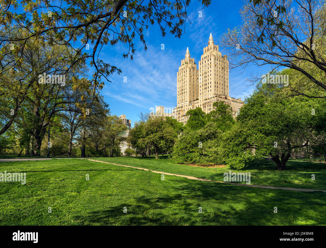 Central Park West Sommermorgen mit Art-Déco-Hochhaus bauen. Upper West Side, Manhattan, New York City Stockbild