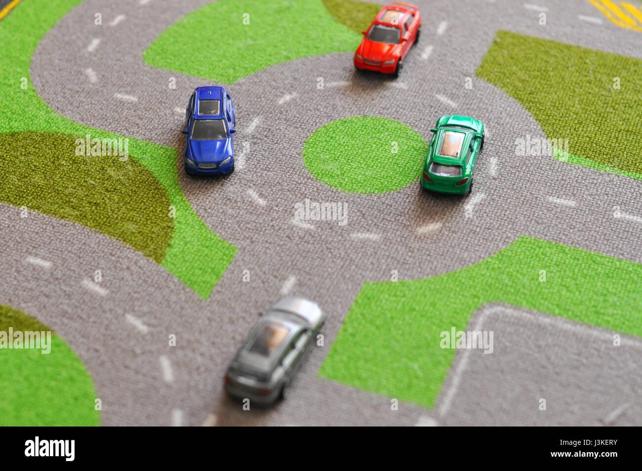 Spielzeug-Autos über einen Teppich-Schaltung Stockfoto, Bild ...