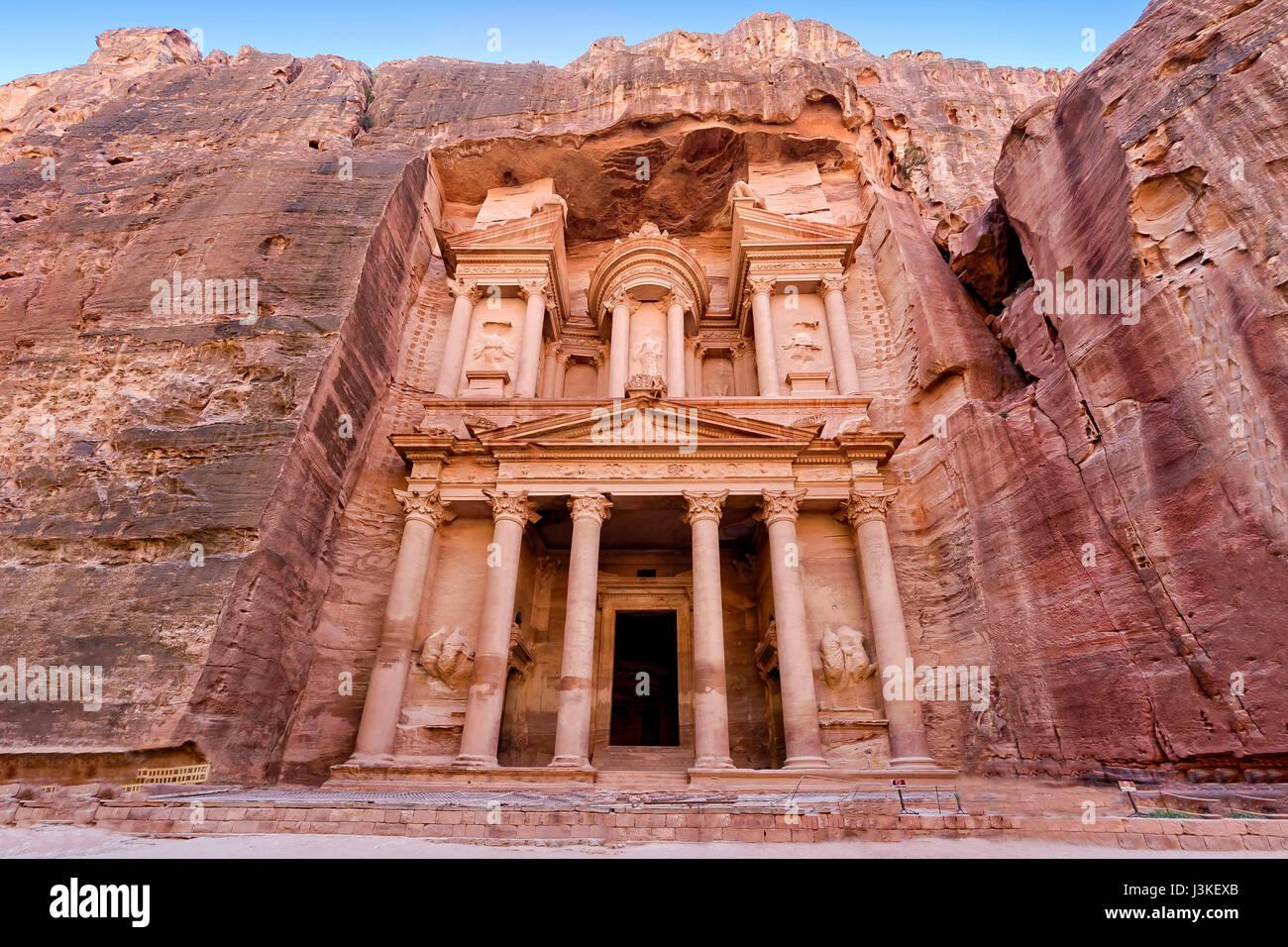"""Frontalansicht des """"The Treasury"""", eines der aufwendigsten Tempel in der antiken Stadt arabischen Nabatäer Stockbild"""